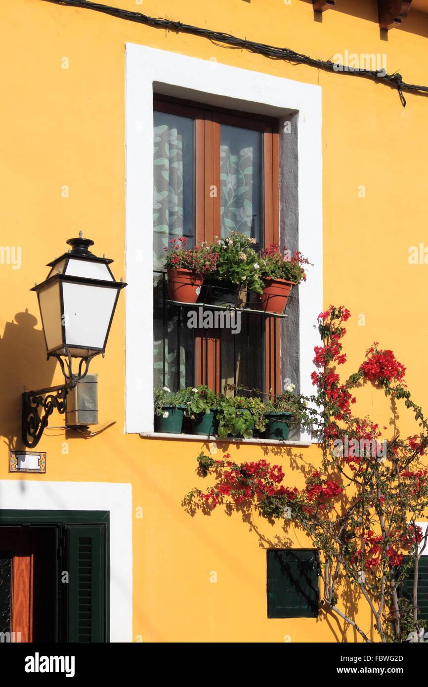 Fachada de una casa mediterránea con flores Foto & Imagen De