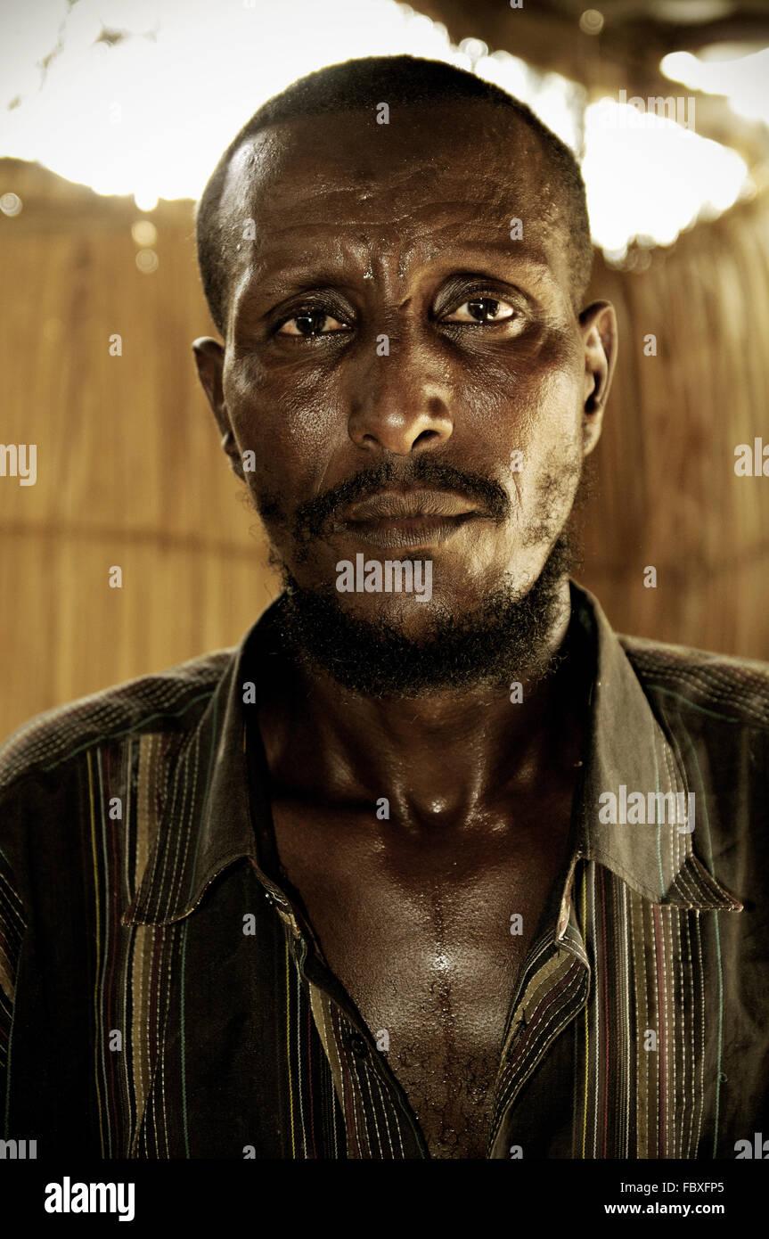 Afar barbudo hombre dentro de una casa en Dodom, la región de Afar, en Etiopía, la depresión de Danakil Imagen De Stock