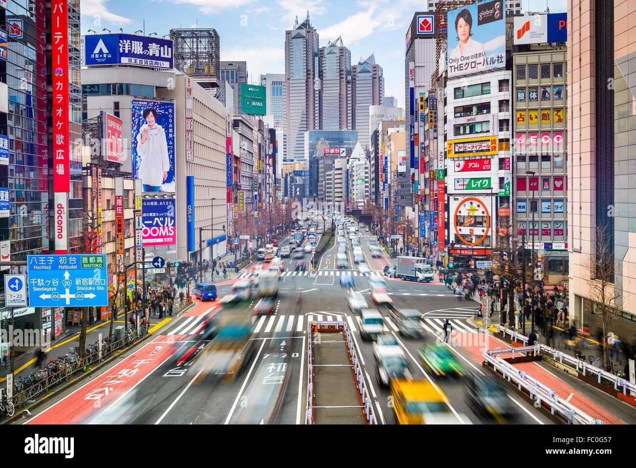 El tráfico en el barrio Shinjuku de Tokio, Japón. Imagen De Stock