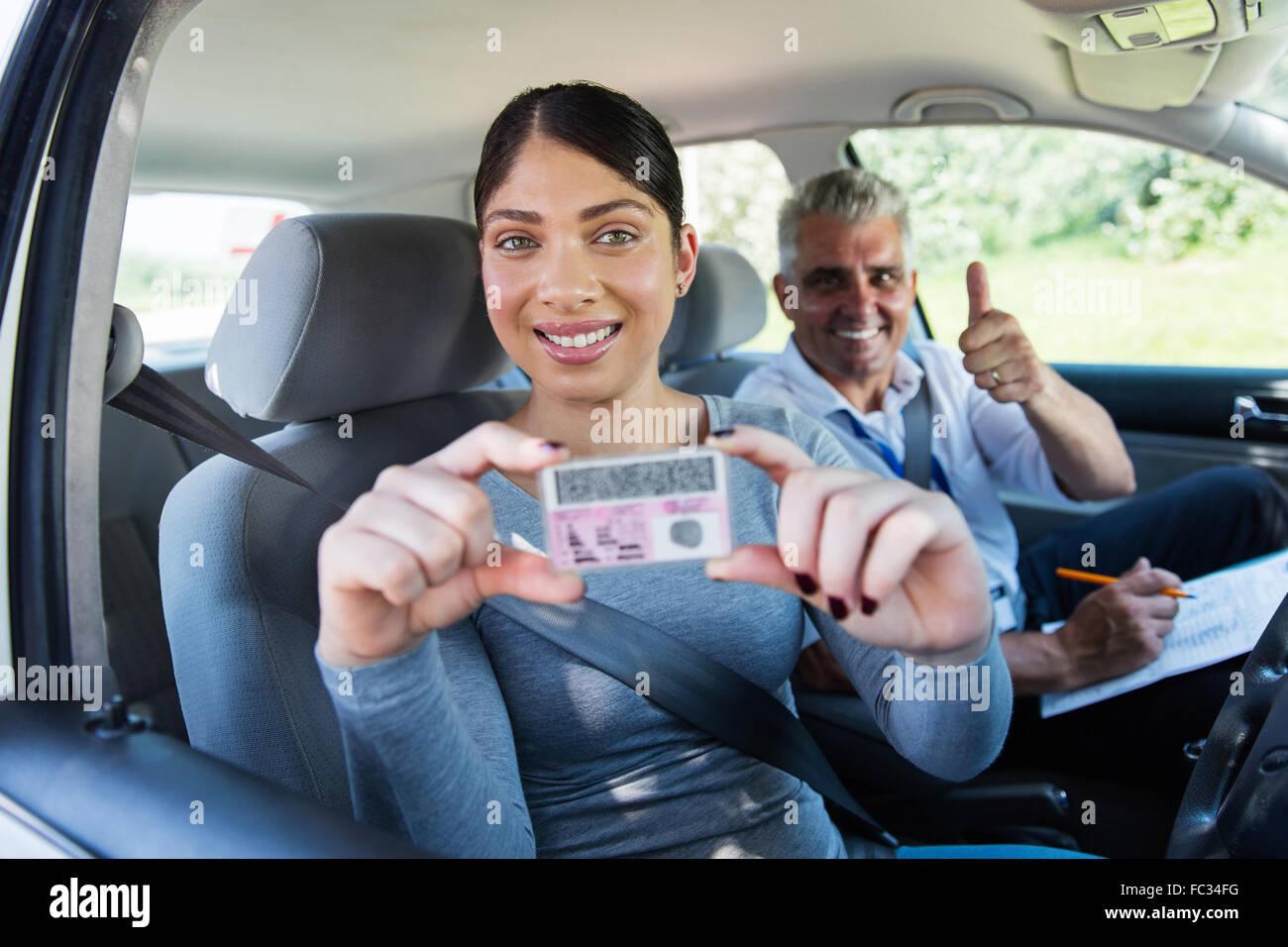 Pretty Woman ha pasado su examen de conducir y manteniendo la licencia de conductor Imagen De Stock