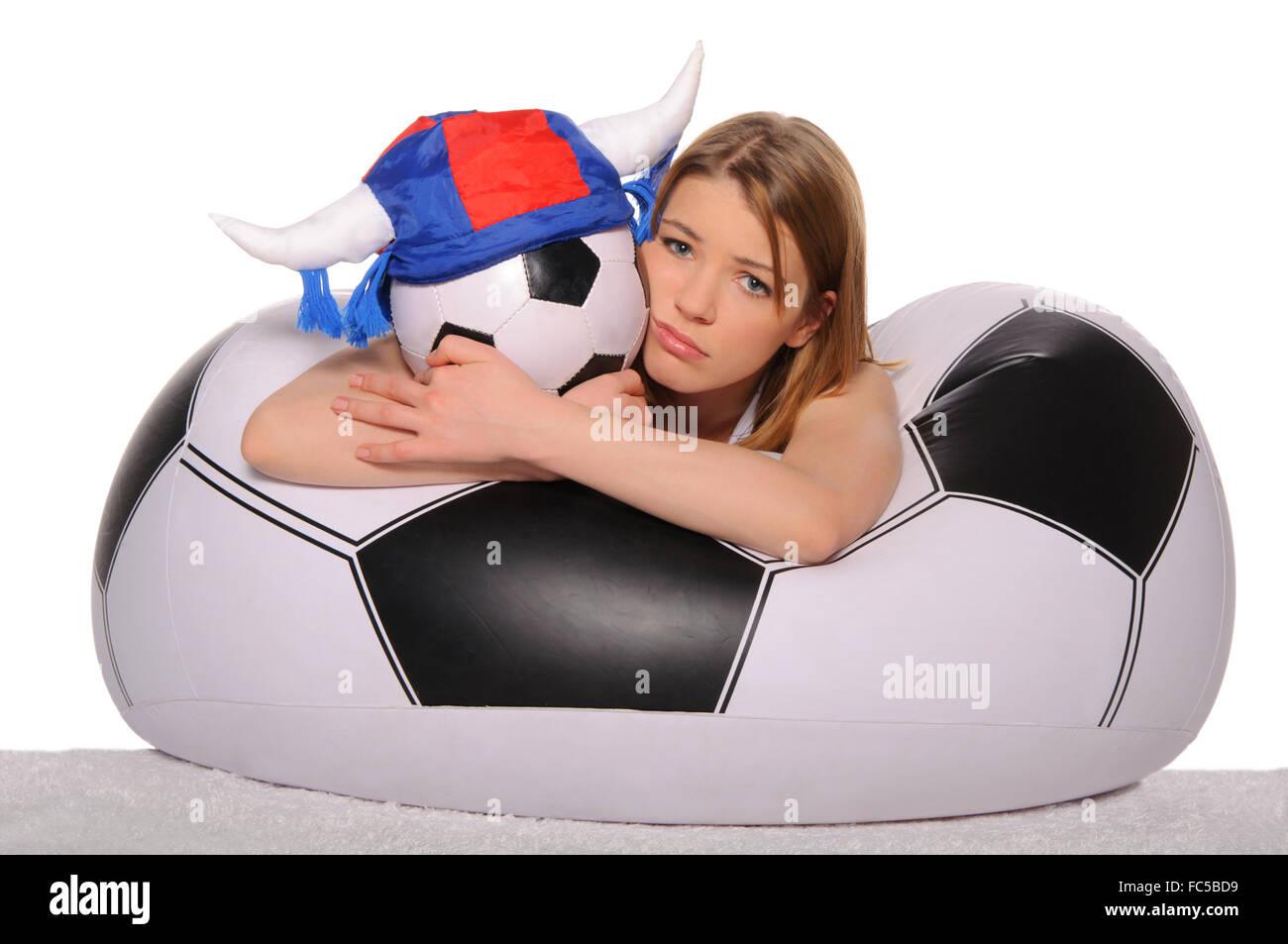 Animadora de fútbol angustiado con bola Foto de stock