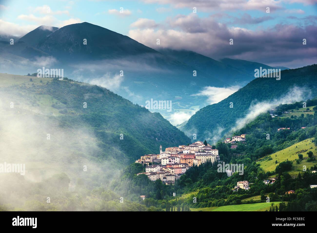 La campiña de sunrise cerca de Preci en la Valnerina, Umbría. Foto de stock
