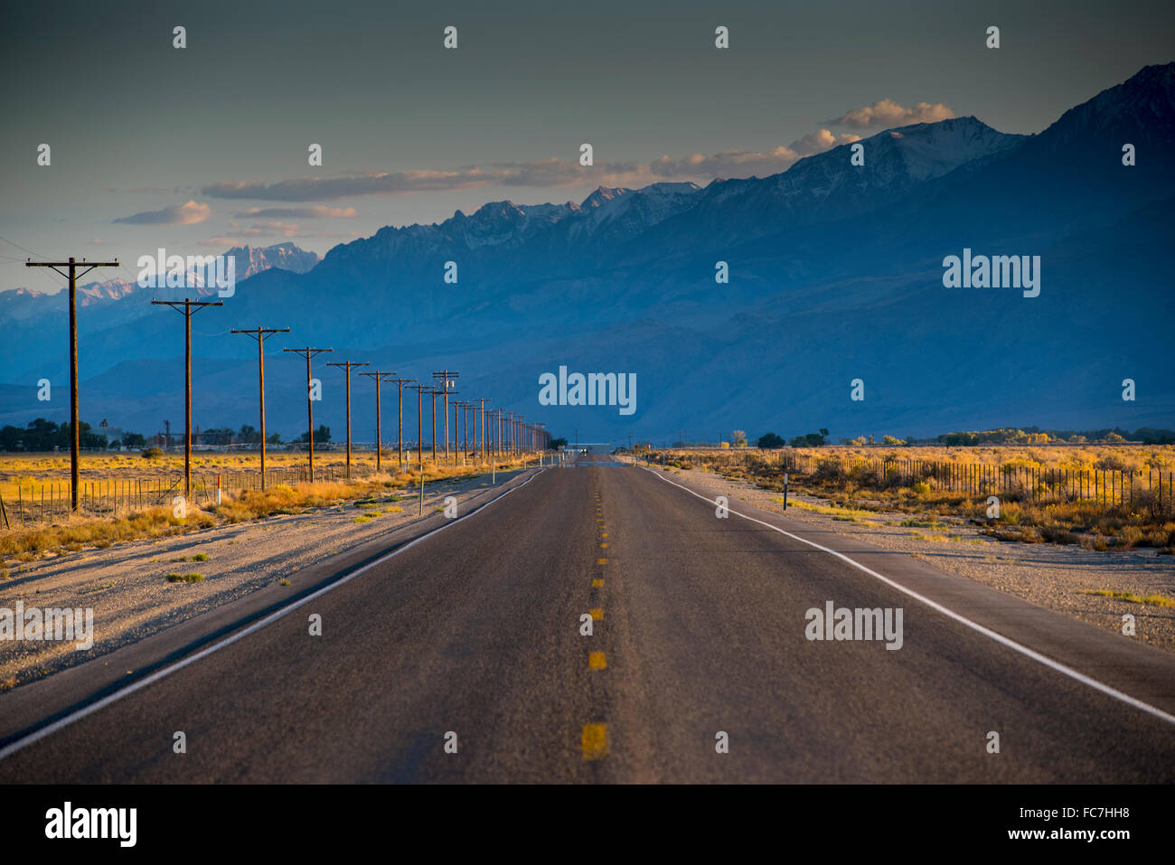 Carretera vacía en remoto paisaje Foto de stock