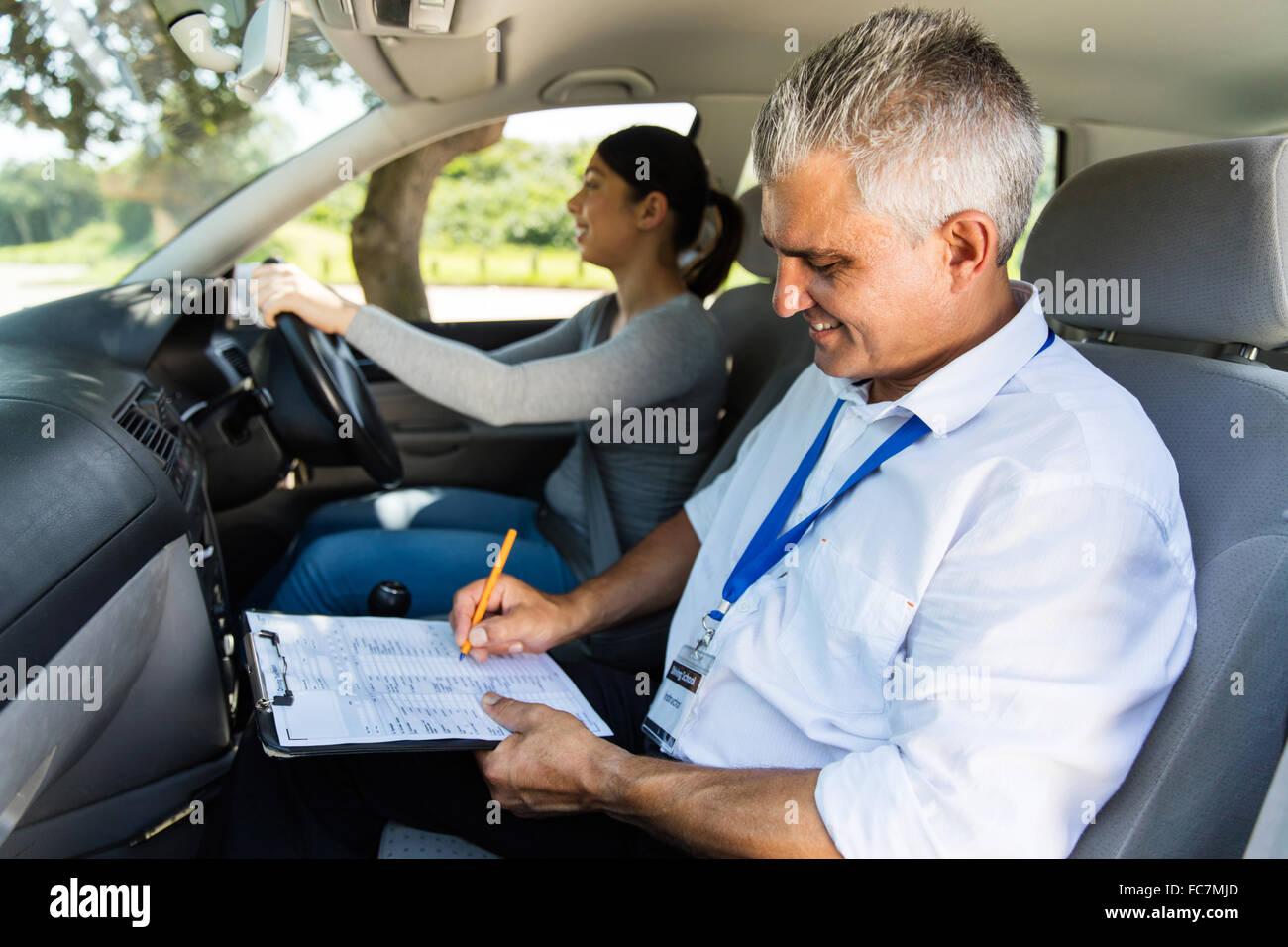 Instructor de conducción superiores guapo conductor principiante de pruebas Imagen De Stock