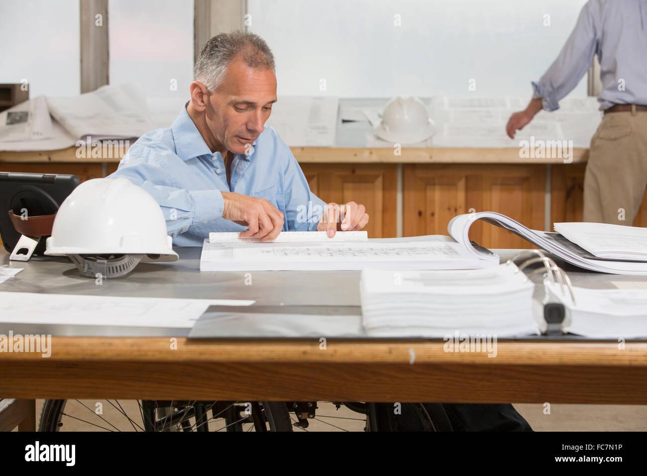 Los arquitectos que trabajan en la oficina del Cáucaso Foto de stock