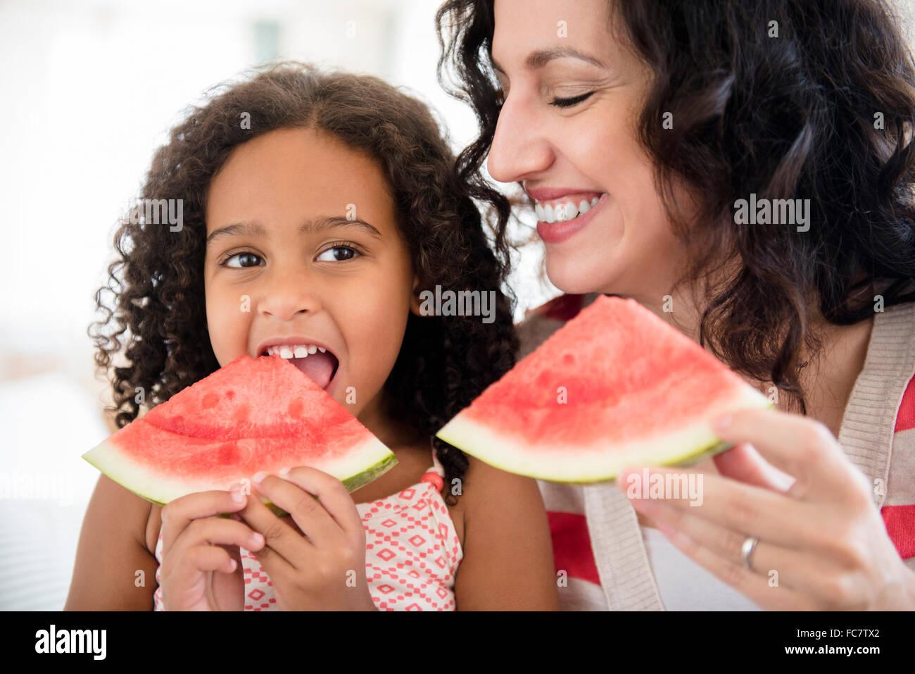 Madre e hija Comiendo Sandía Foto de stock
