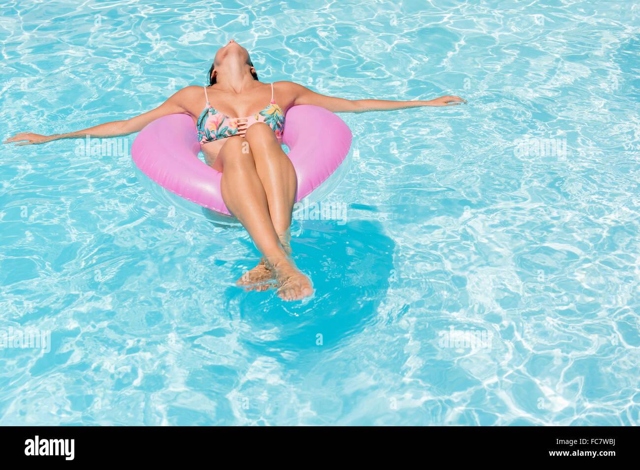 Mujer caucásica flotando en la piscina Foto de stock
