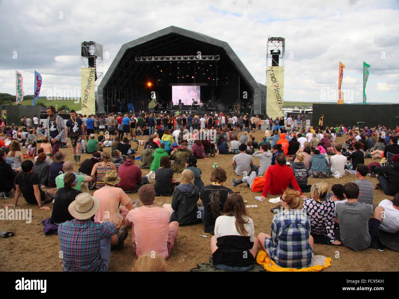 Los asistentes al festival se reúnen alrededor del escenario principal en el festival de música y no de Imagen De Stock