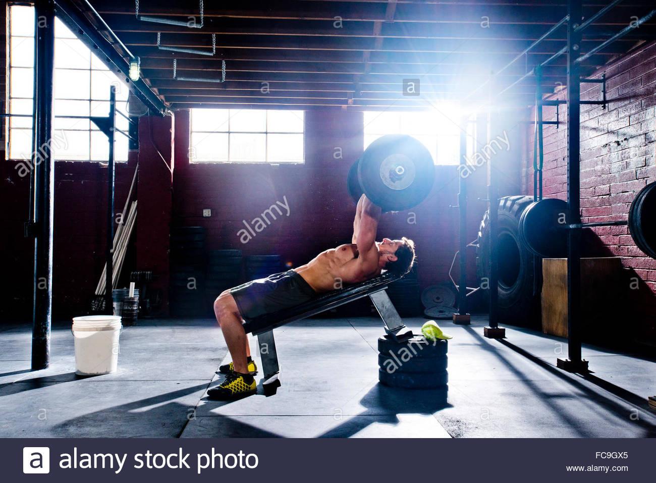 Un atleta crossfit hace ejercicios tricep. Imagen De Stock
