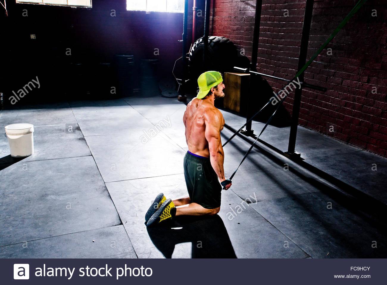 Un atleta crossfit trabaja con bandas de resistencia. Imagen De Stock