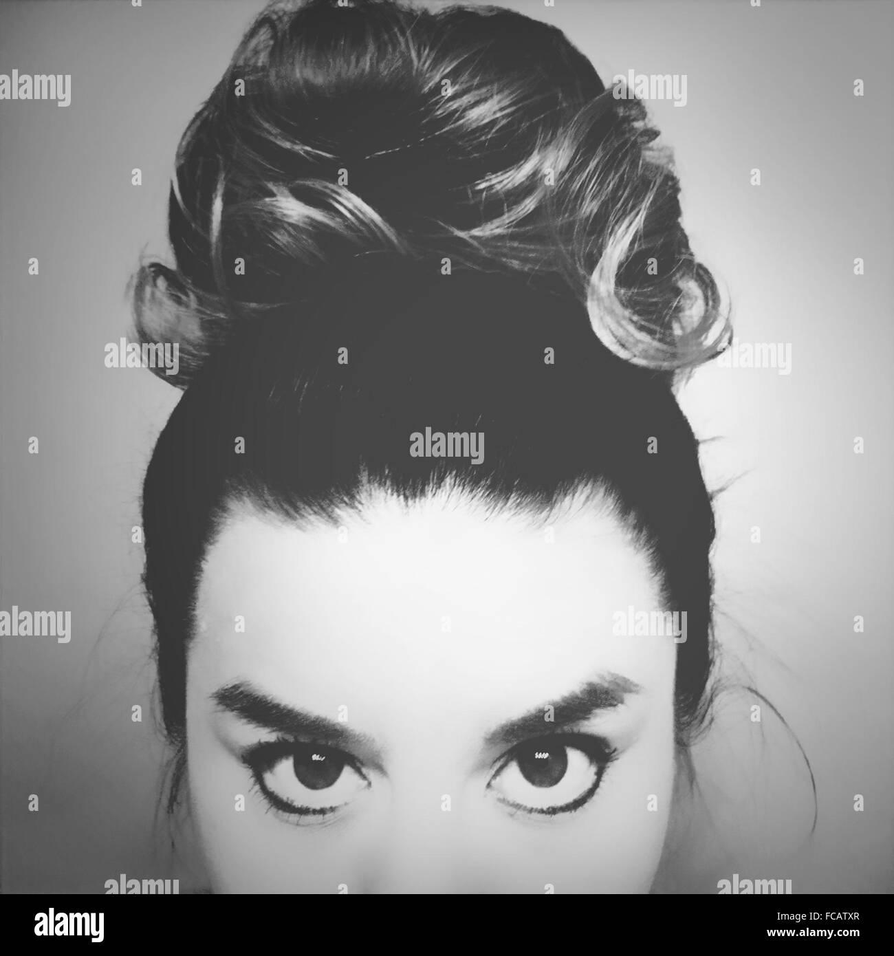 En primer plano el retrato de mujer joven con moño de cabello Imagen De Stock