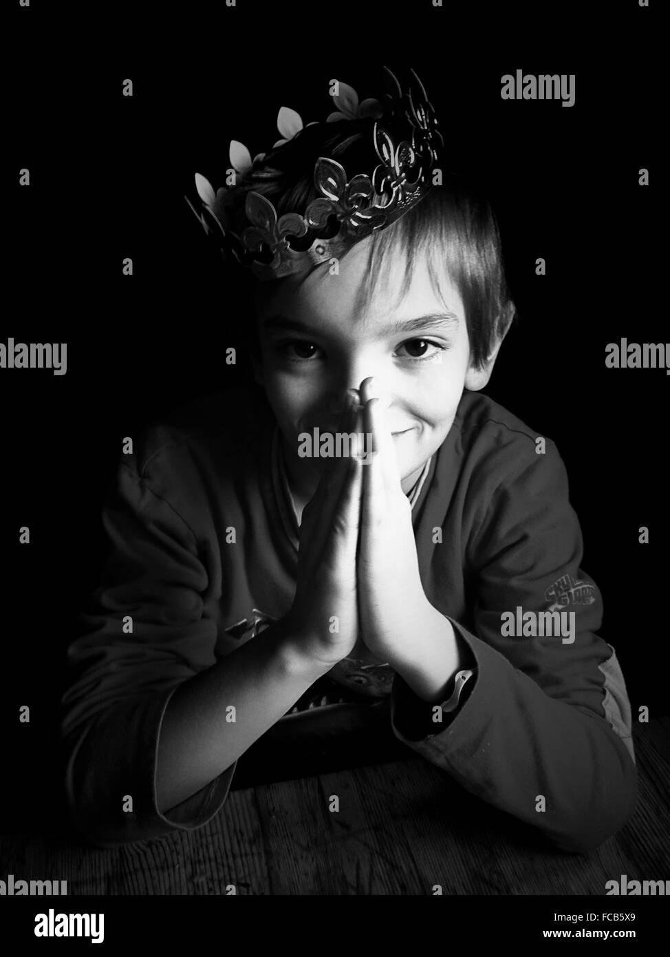 Retrato de niño usando Crown Imagen De Stock