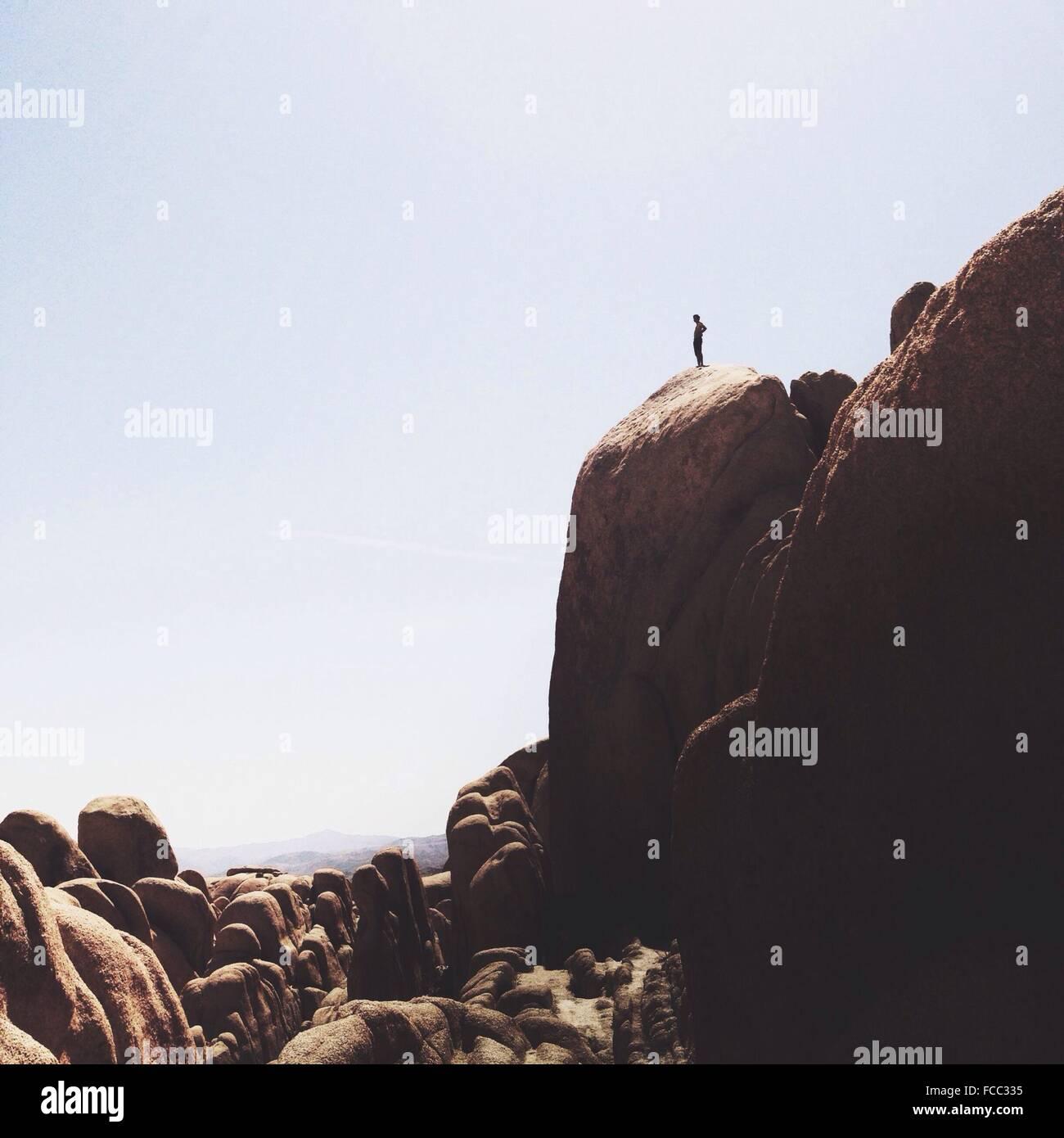 El hombre en el borde del acantilado Foto de stock