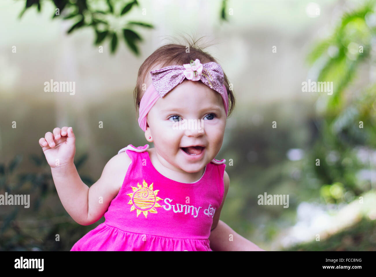 Primer plano de una niña alegre Imagen De Stock