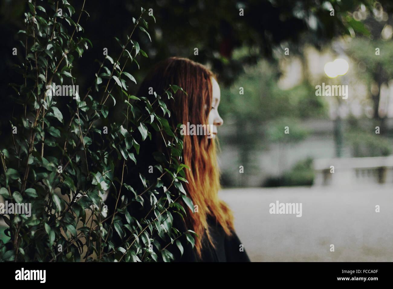 Vista lateral de un meditado Adolescente de hojas Imagen De Stock