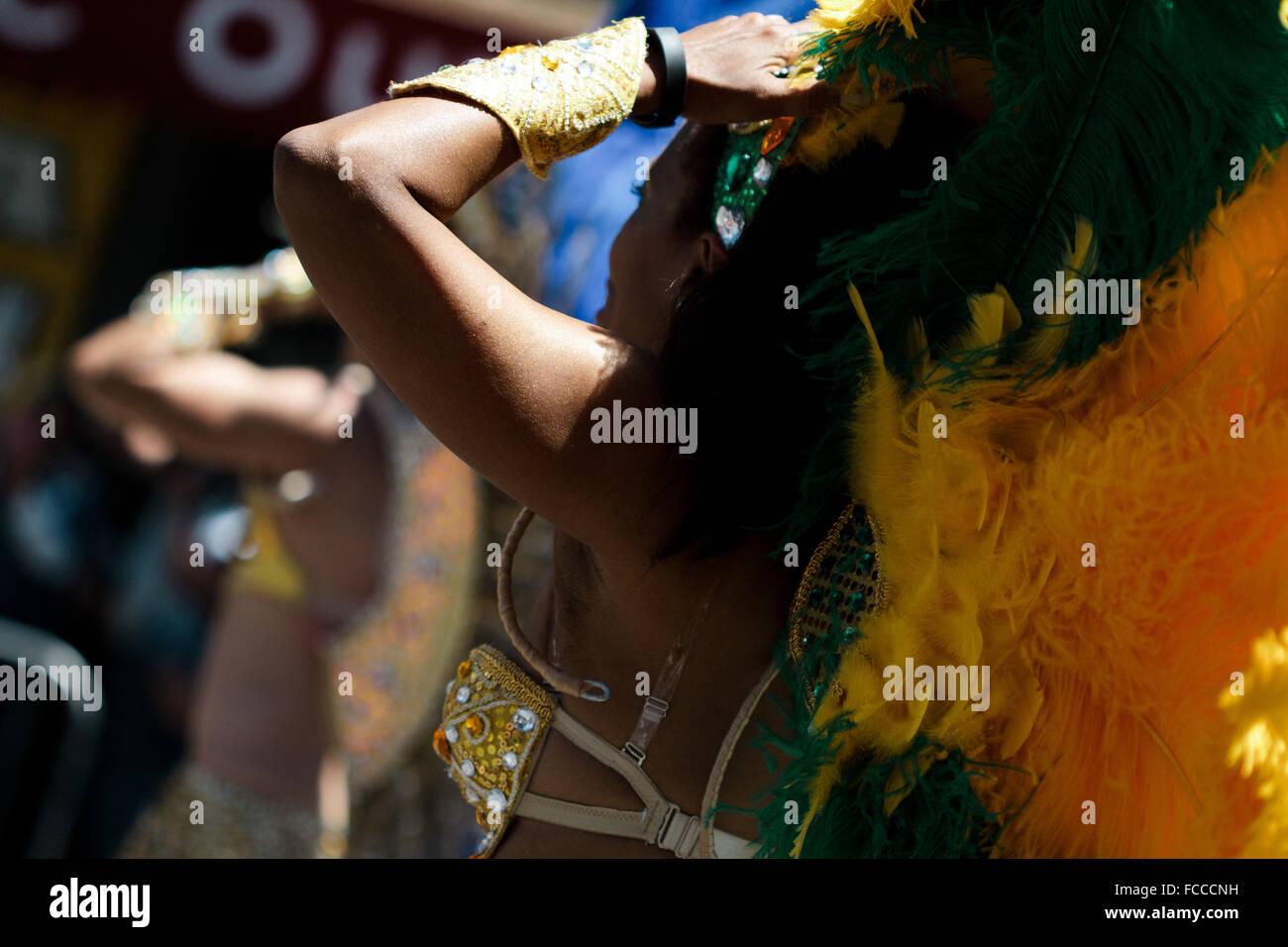 Vista lateral de las mujeres que realizan la danza tradicional en la carretera Foto de stock