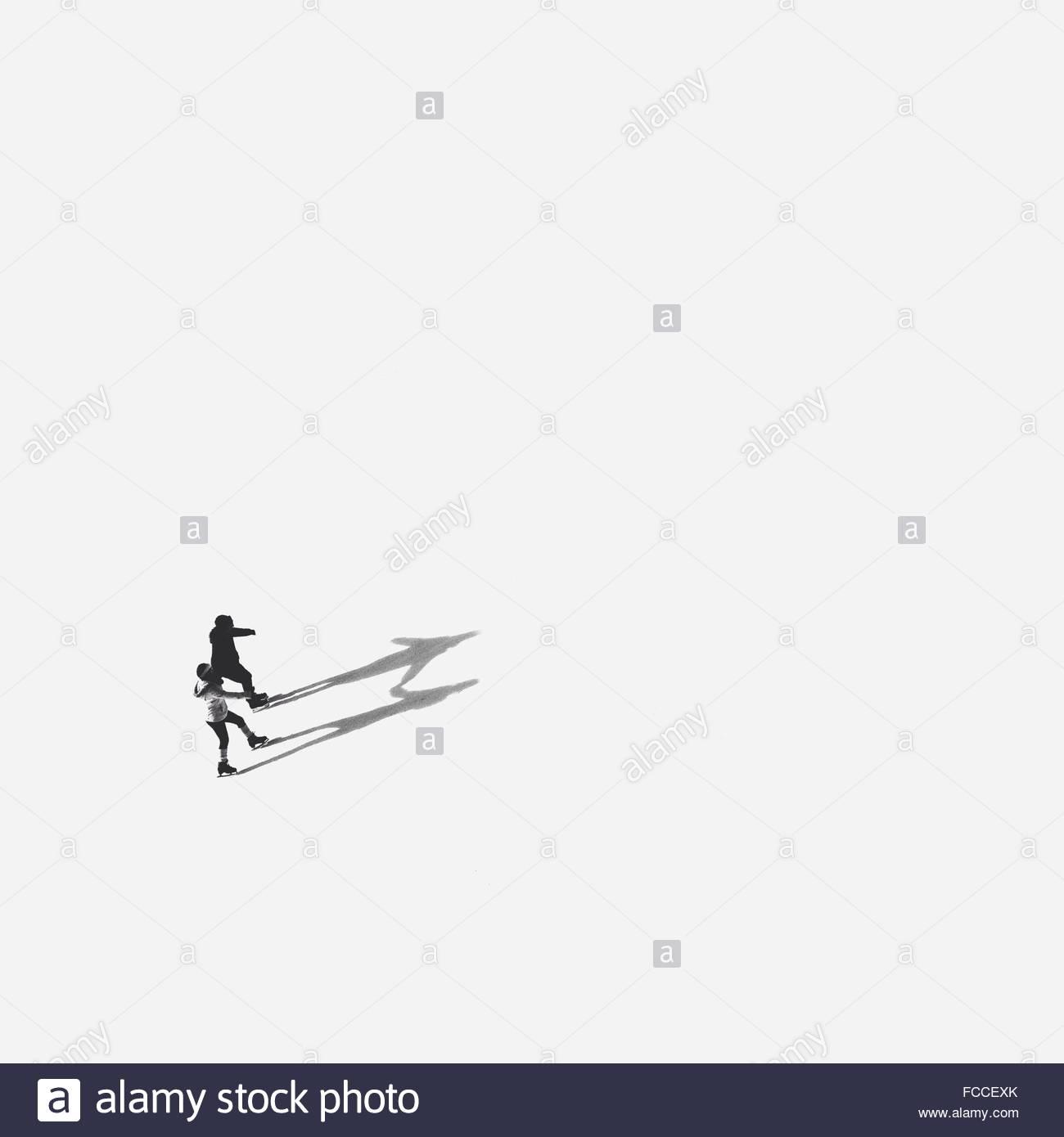 Un alto ángulo de visualización de personas Ice-Skating en lago congelado Imagen De Stock