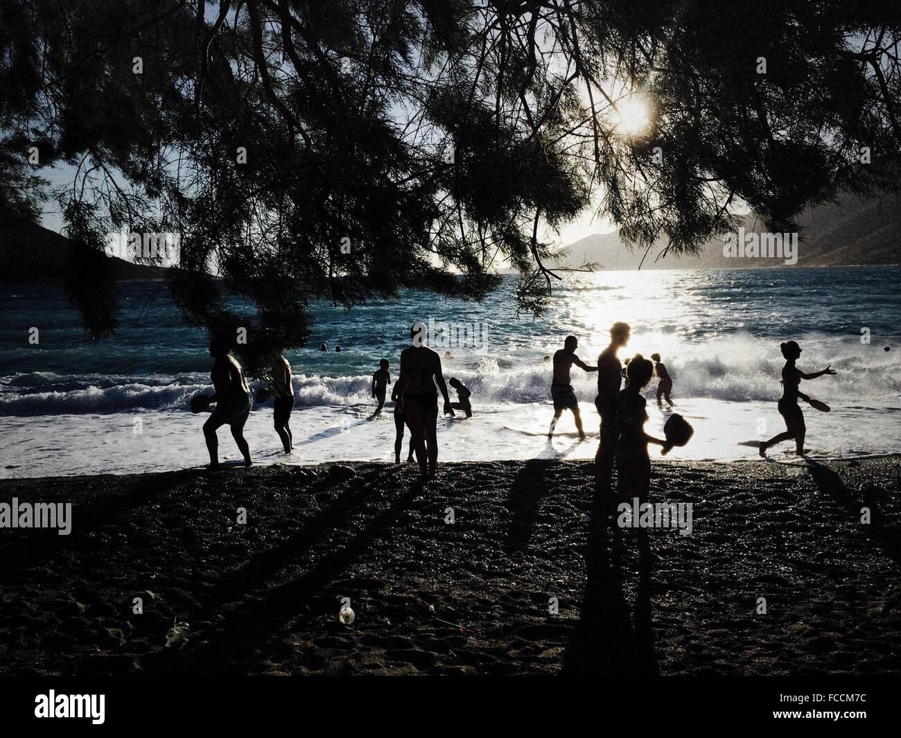 Gente disfrutando en la playa Imagen De Stock