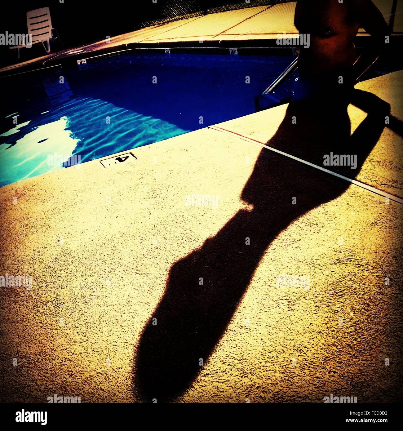 La sombra de un hombre en la piscina Imagen De Stock