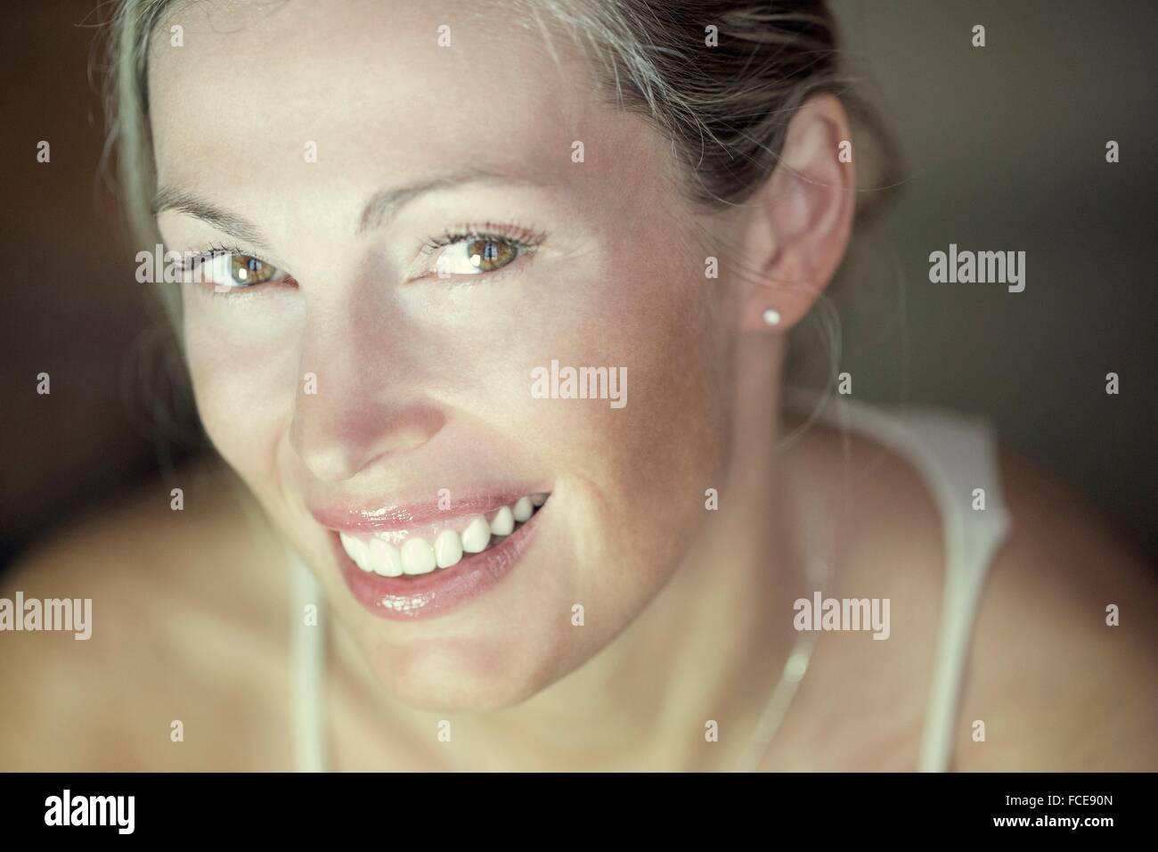 Mujer sonriendo Imagen De Stock