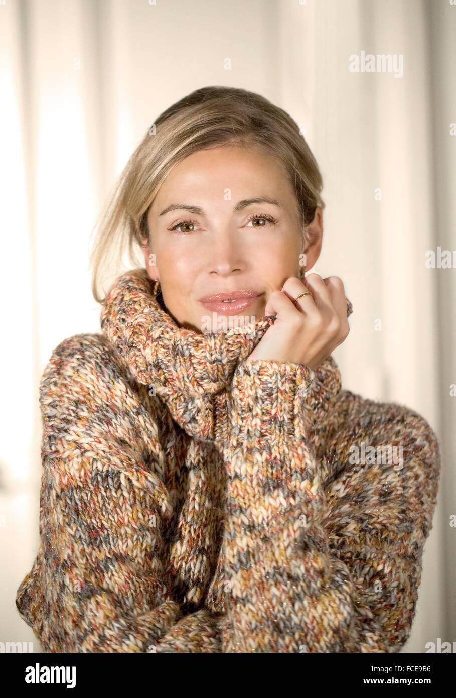 Close-up de joven sonriente con suéter Imagen De Stock