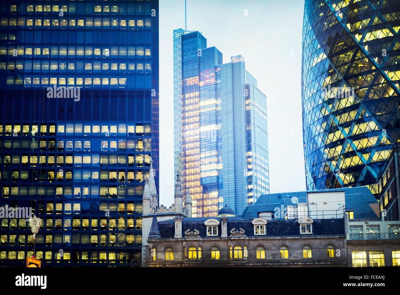 Vista de los edificios emblemáticos de la ciudad al atardecer. El pepinillo, el edificio Leadenhall y Heron Tower. Foto de stock