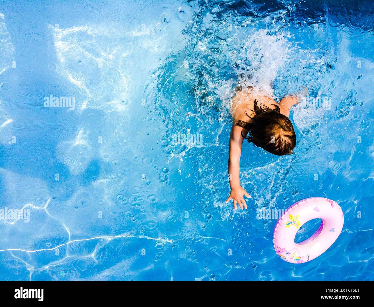 Persona nadar en una piscina Imagen De Stock