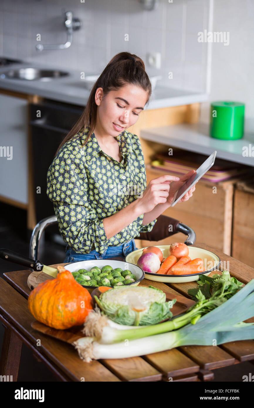 Mujer en busca de una receta en internet. Imagen De Stock