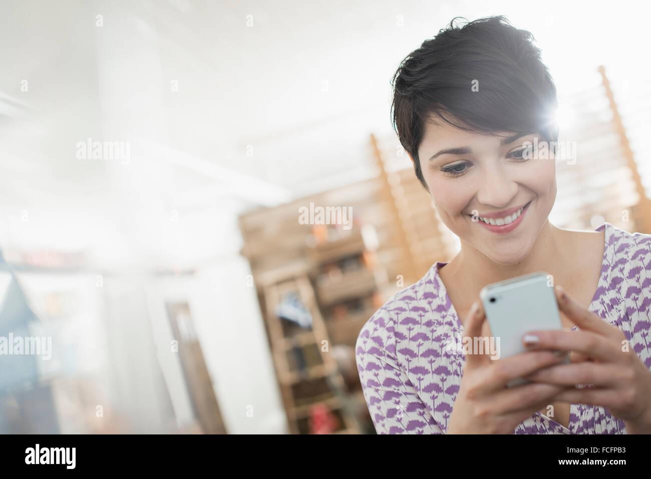 Una mujer controlar su teléfono inteligente. Imagen De Stock