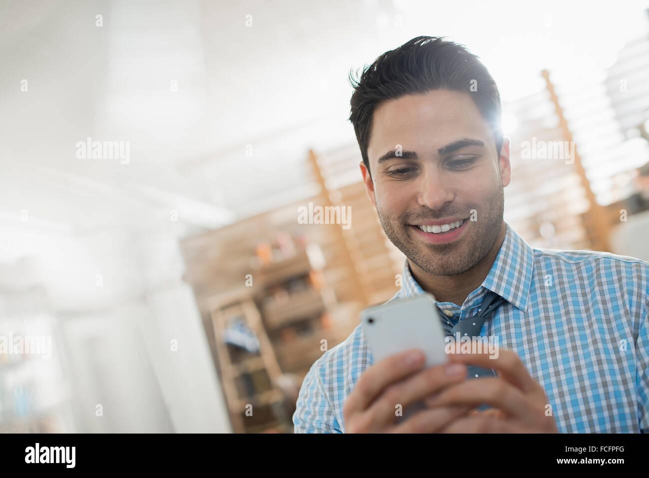 Un hombre controlar su teléfono inteligente. Imagen De Stock