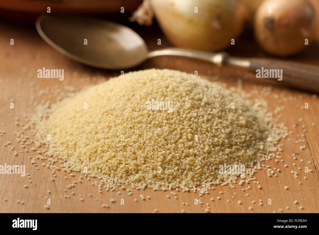 Los granos de cuscús cruda, comida popular en los países del Norte de África Imagen De Stock