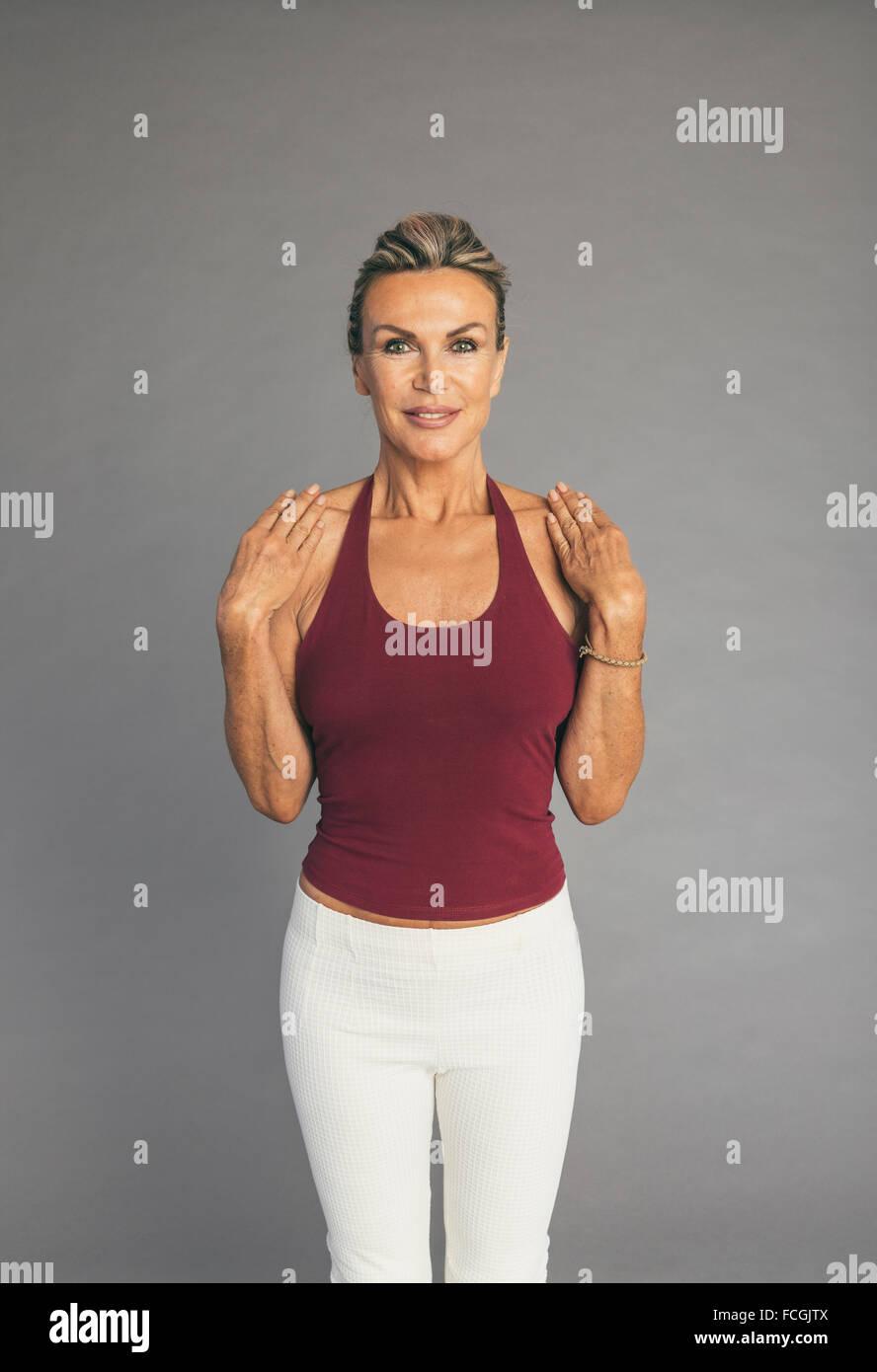 Mujer madura, ejercicios de flexibilidad brazos y manos codo Imagen De Stock