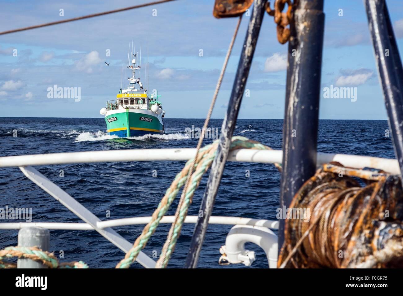 El barco 'Le Gamin' ACERCÁNDOSE A RECOGER LAS MERCANCÍAS, pescar en el mar en un arrastrero de camarones EN LA COSTA DE Sables-d'Olonne, (8 Foto de stock