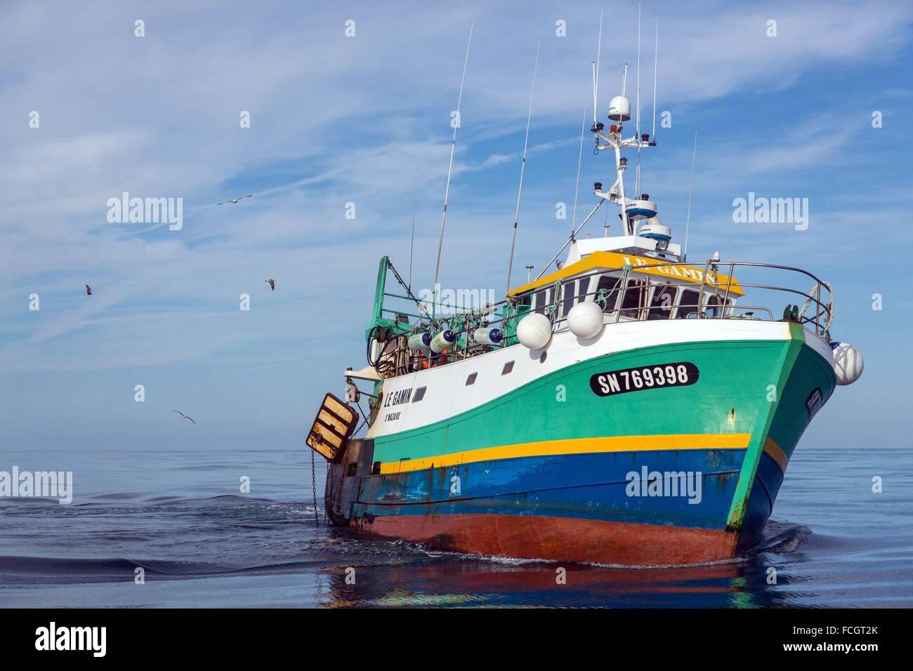 El barco le GAMIN, pescar en el mar en un arrastrero de camarones en la costa de Sables d'Olonne (85), Francia Foto de stock