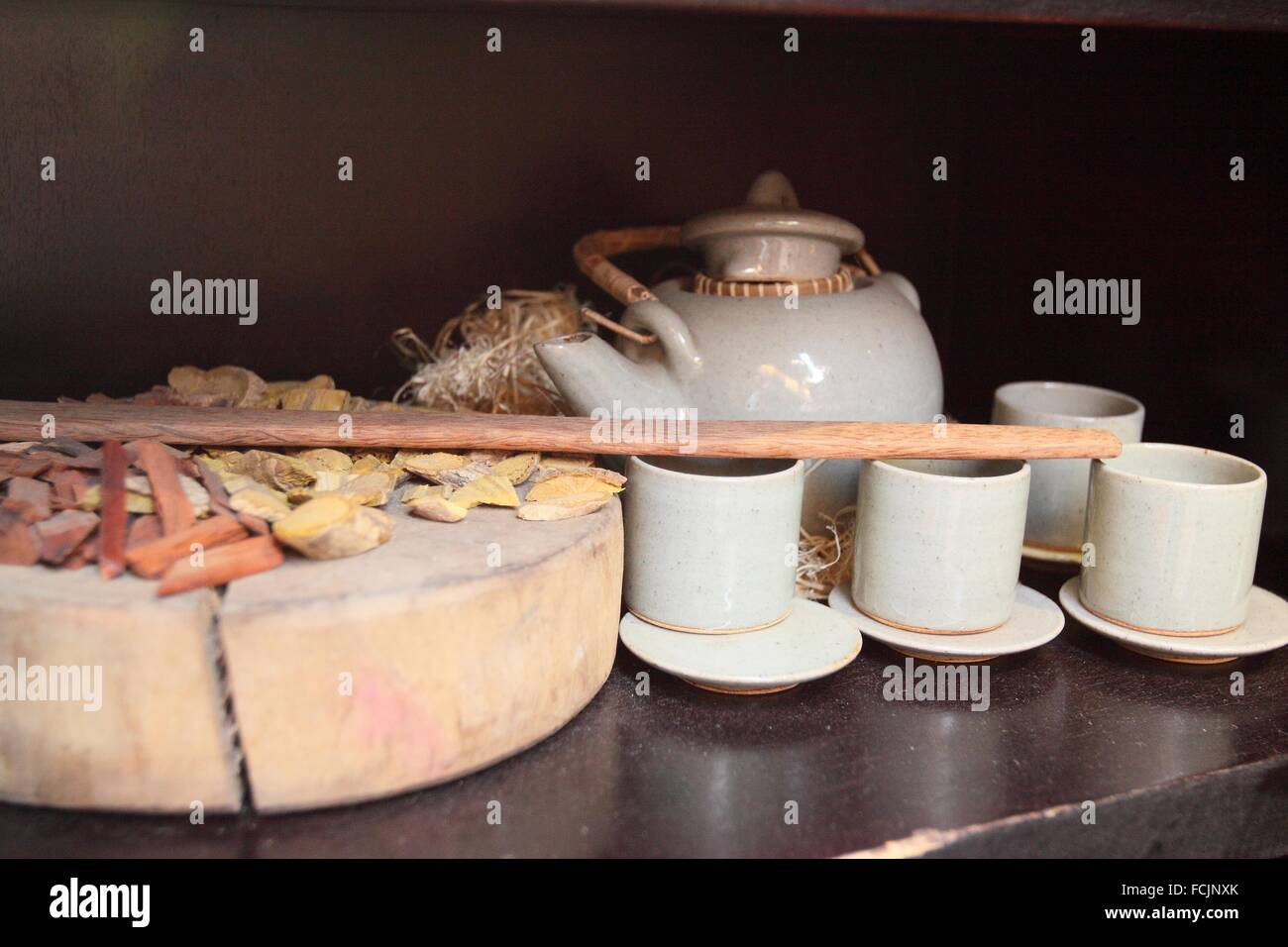 Mostrar conjunto de té de hierbas y té olla, pub street, Siem Reap, Camboya Imagen De Stock