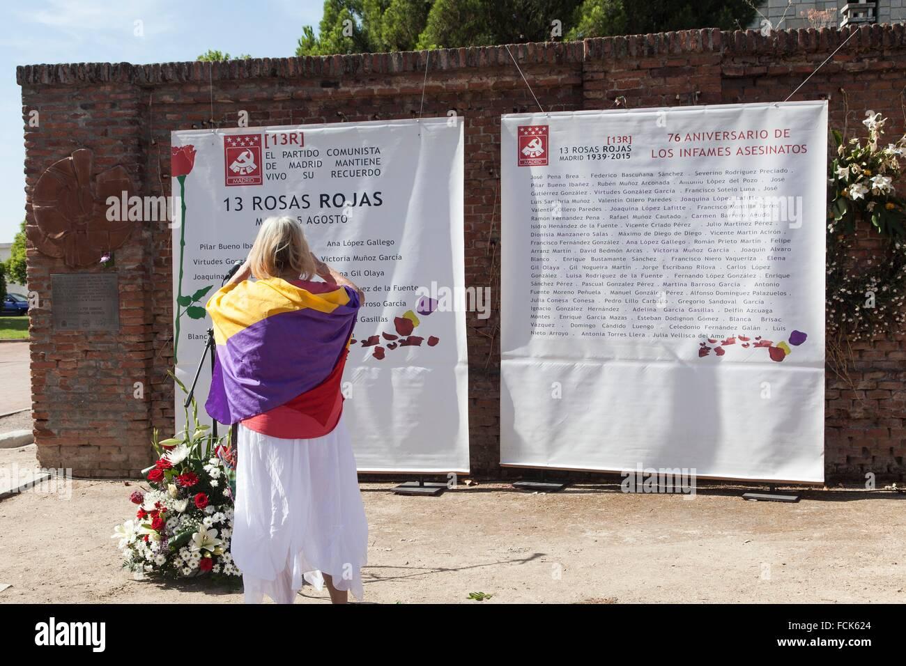 Mujer con bandera republicana delante de las lápidas homenaje a las trece rosas, homenaje a las 13 rosas en Imagen De Stock