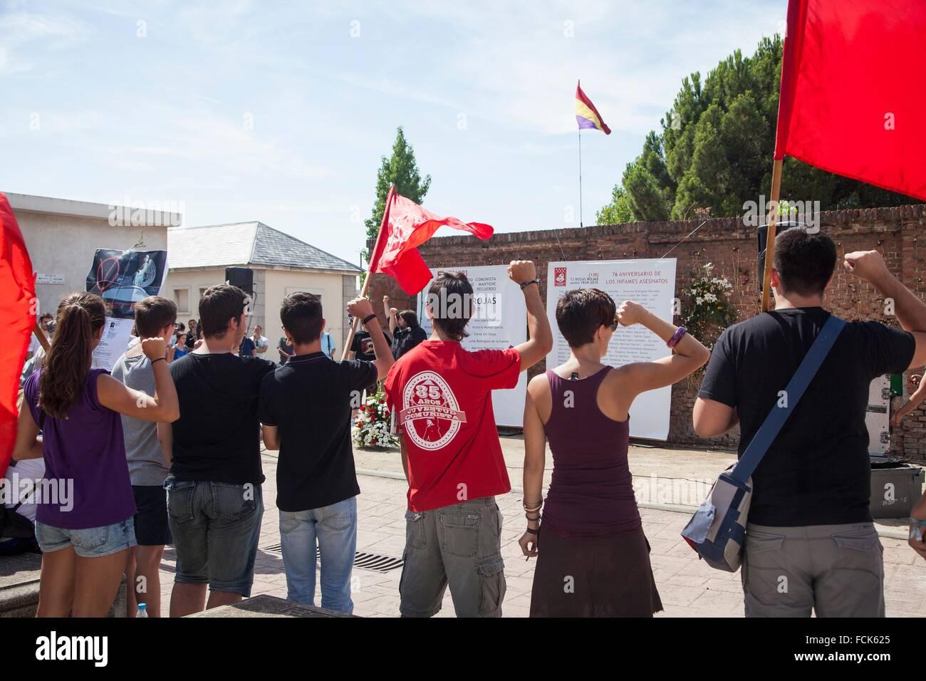 Los jóvenes cantando la Internacional en frente de las lápidas homenaje a las trece rosas, homenaje a Imagen De Stock