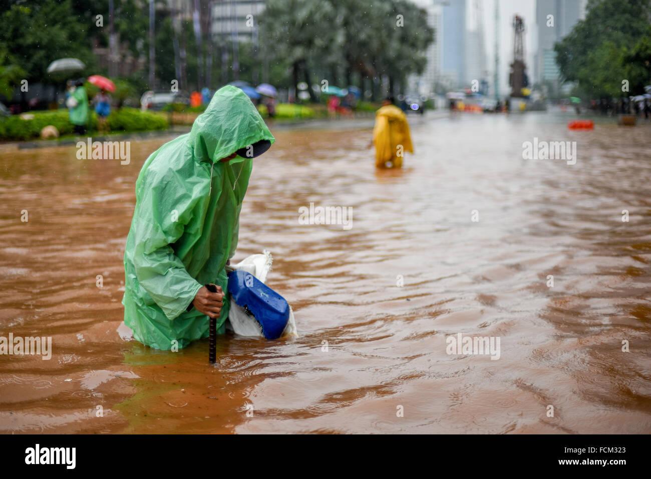Los trabajadores de la oficina del gobierno de Yakarta intentar averiguar si existe un problema en el drenaje durante Imagen De Stock