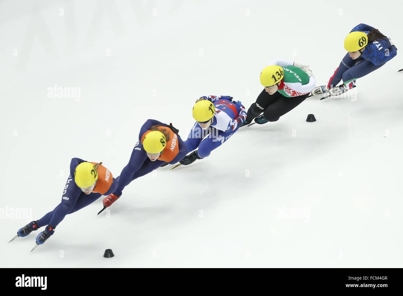 Sochi, Rusia. 23 ene, 2016. Velocidad de pista corta de patinadores Lara van Ruijven, Suzanne Schulting de los Países Imagen De Stock