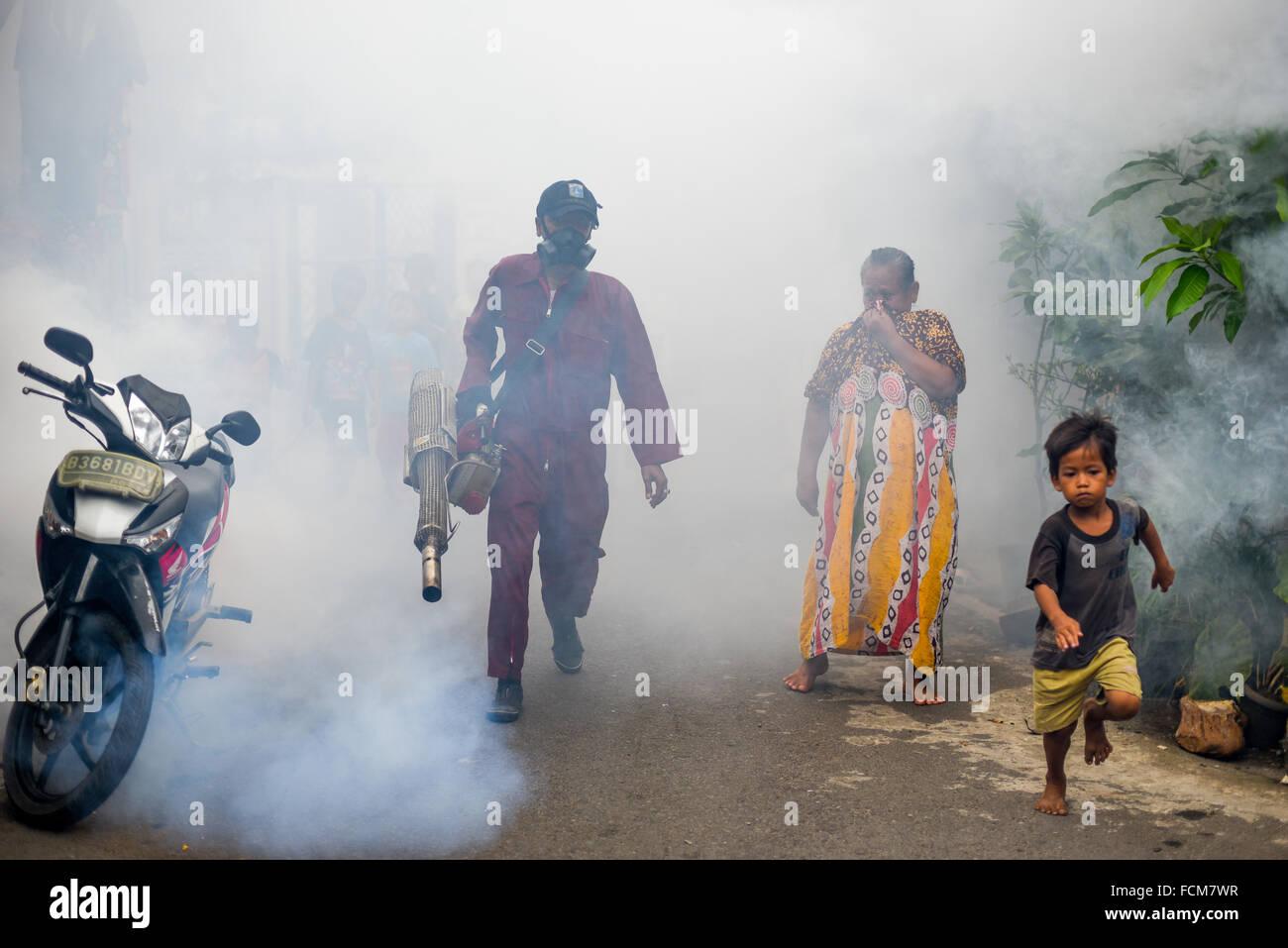 Los trabajadores de la oficina de salud de Yakarta iniciar sesión fogging insecticida para combatir el dengue Imagen De Stock