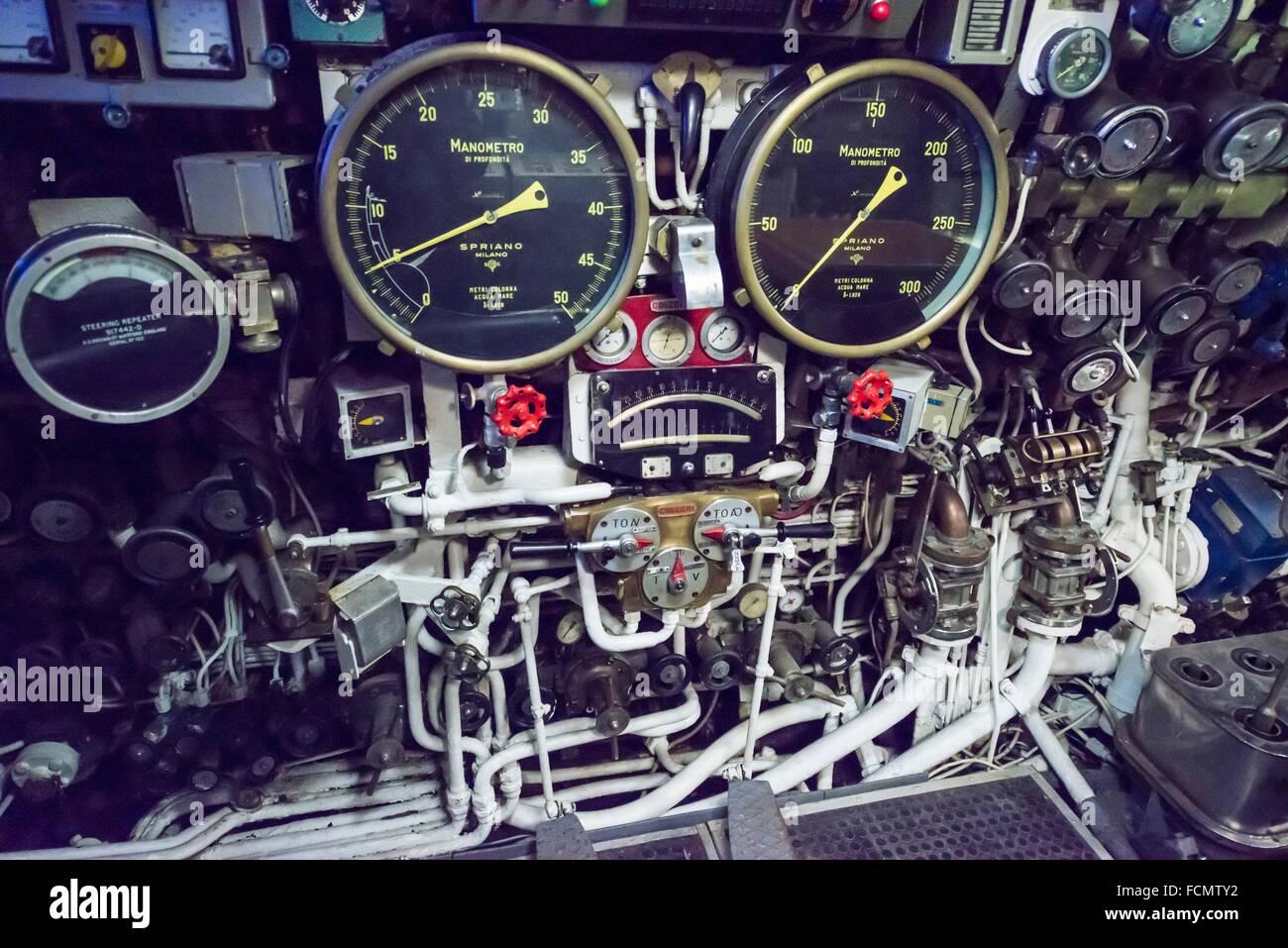 Panel de control para la conducción de un U-boat desde la guerra fría en Italia. Imagen De Stock