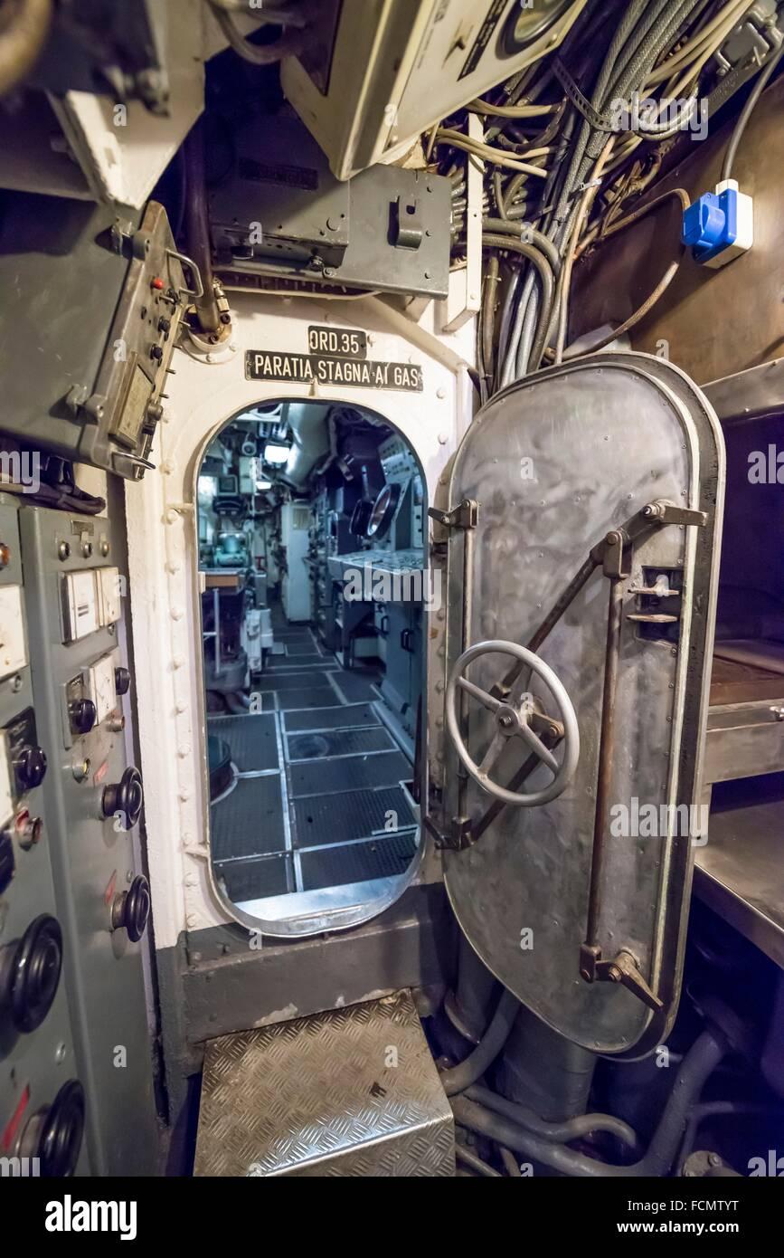 Puerta de seguridad en un submarino de la guerra fría en Italia. Imagen De Stock