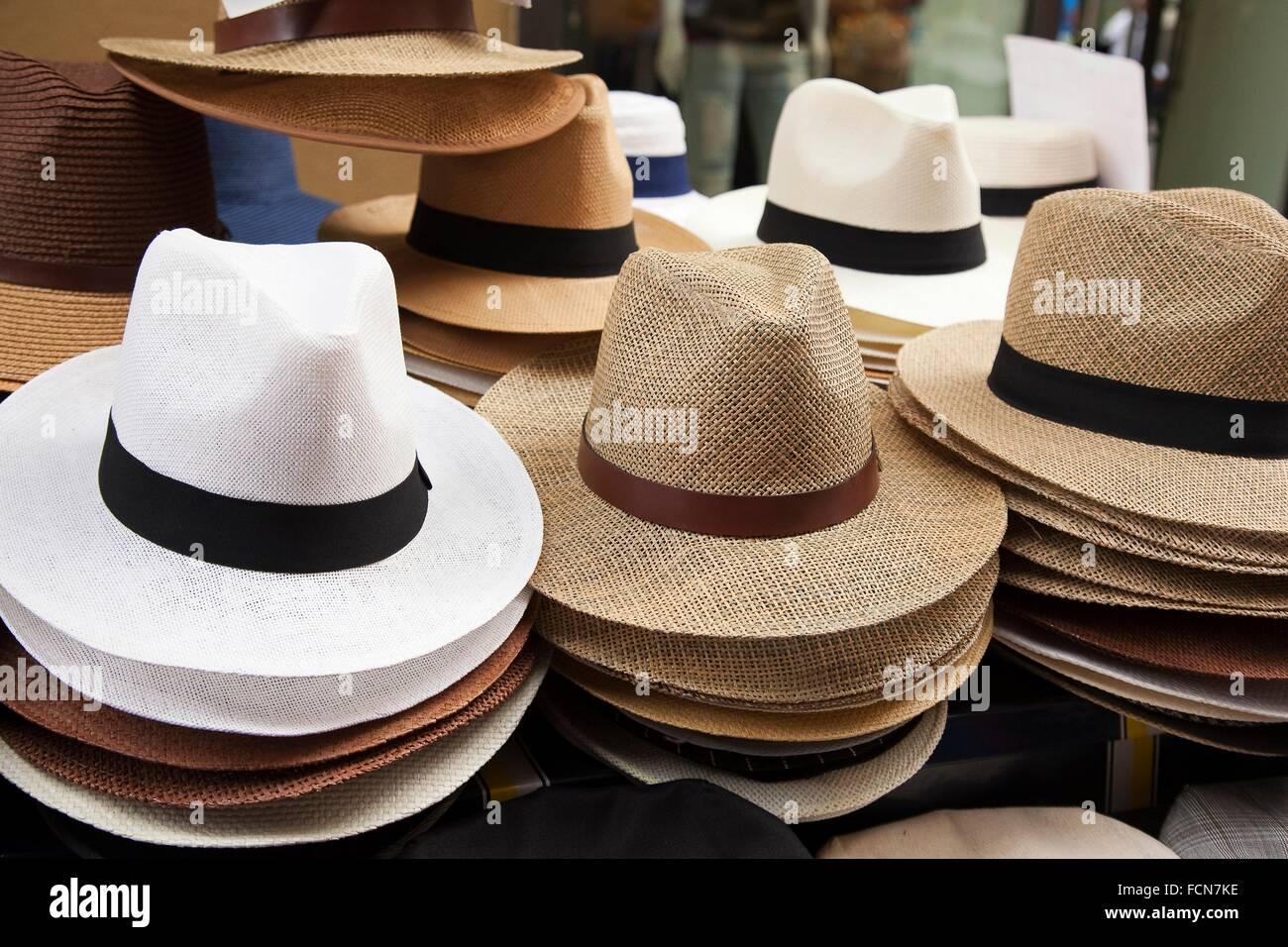 a809d710d5396 Sombreros de Panamá para la venta en la entrada de una tienda ...