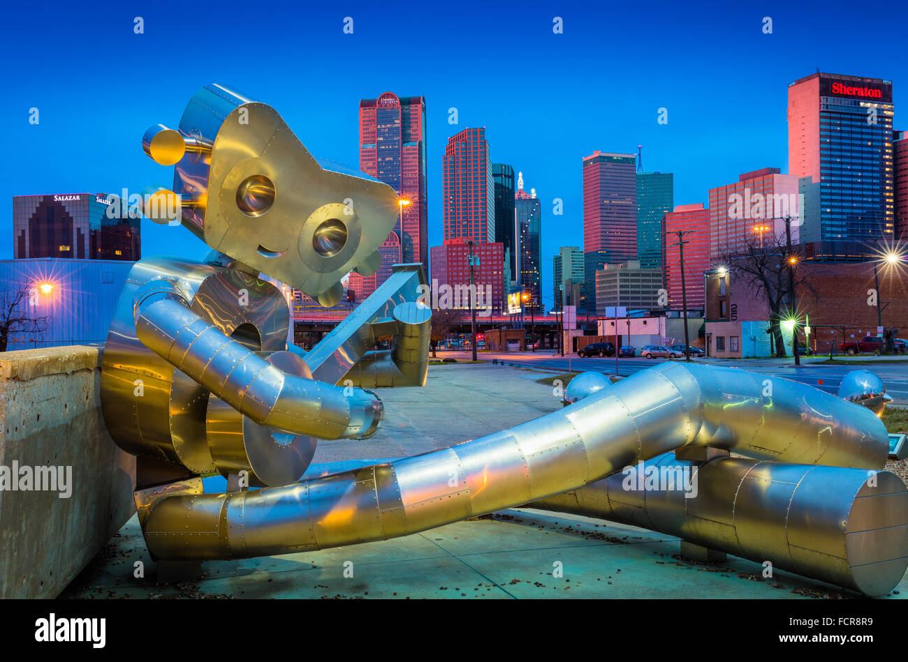 """Escultura en metal """"Viajes Man', en el barrio de Deep Ellum de Dallas, Texas. Foto de stock"""