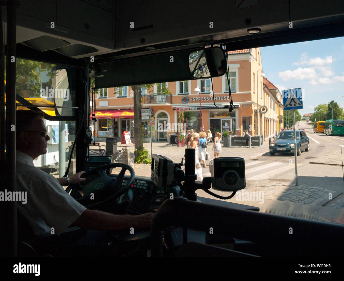 Un conductor de autobús, sentado y conducir un autobús Skånetrafiken en Ängelholm, Suecia. Imagen De Stock