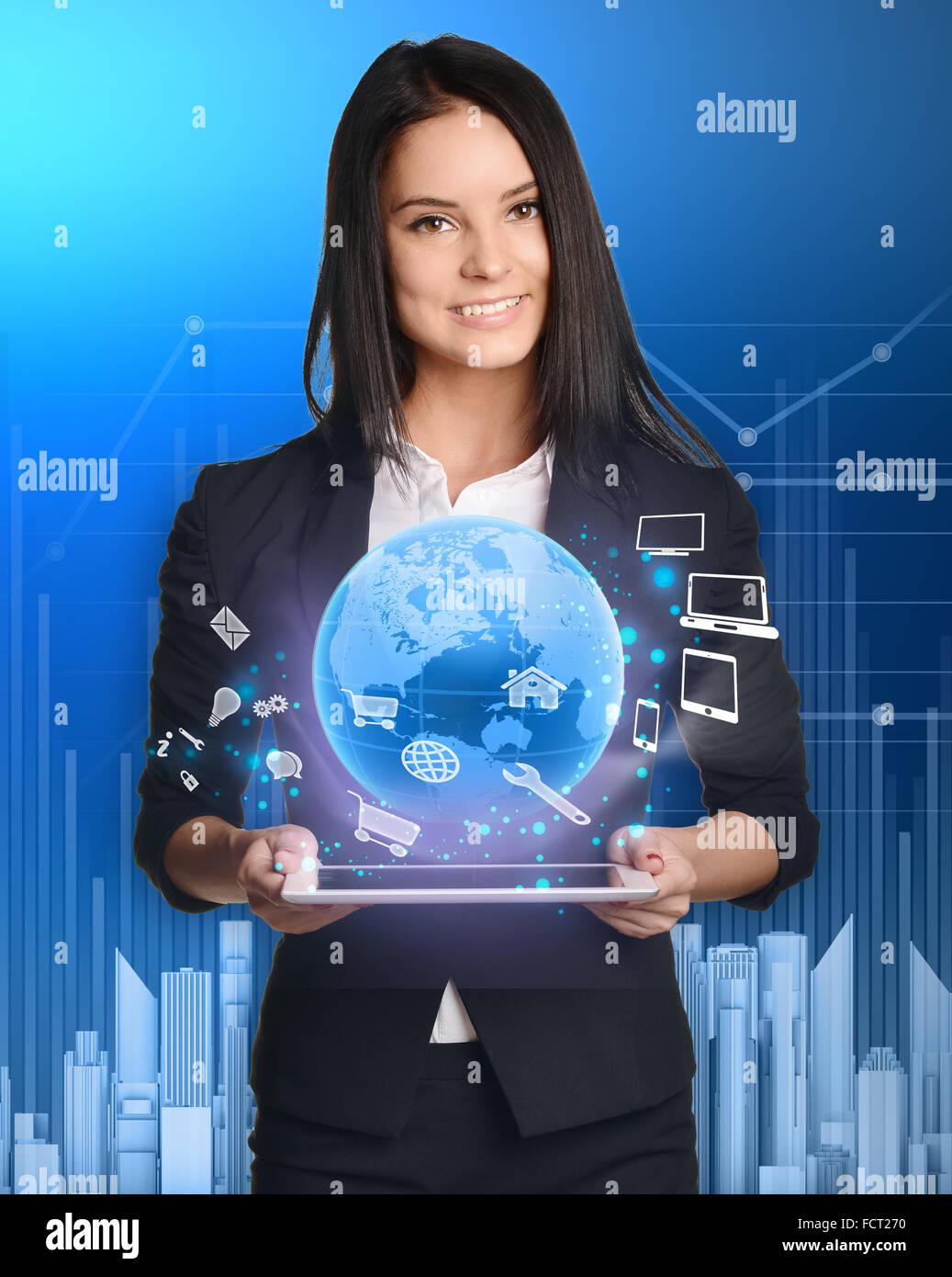 La empresaria con tablet pc contra la alta tecnología Imagen De Stock