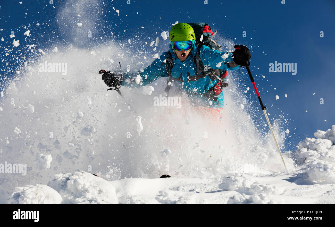 El hombre que ejecutan downhill freerideer Imagen De Stock