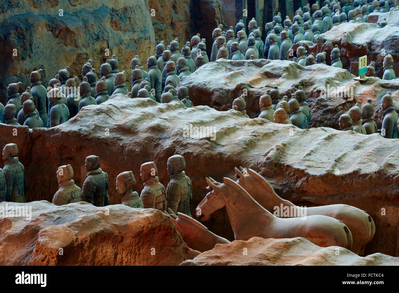 China, la provincia de Shaanxi, Xian, sitio Lintong, detalle de algunos de los seis mil estatuas en el ejército Foto de stock