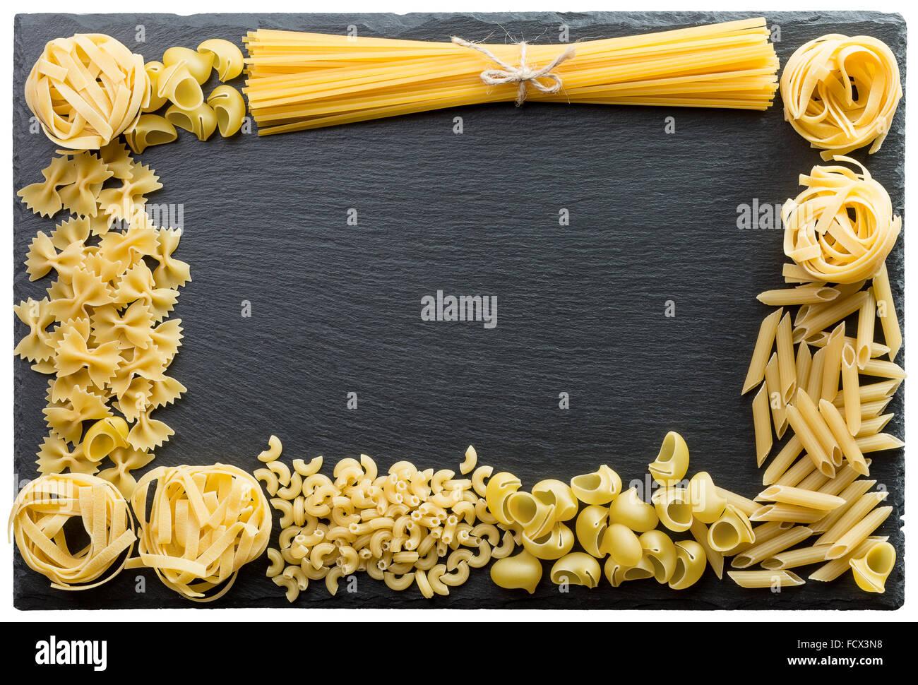 La pasta en el bastidor de soporte de pizarra. Imagen De Stock