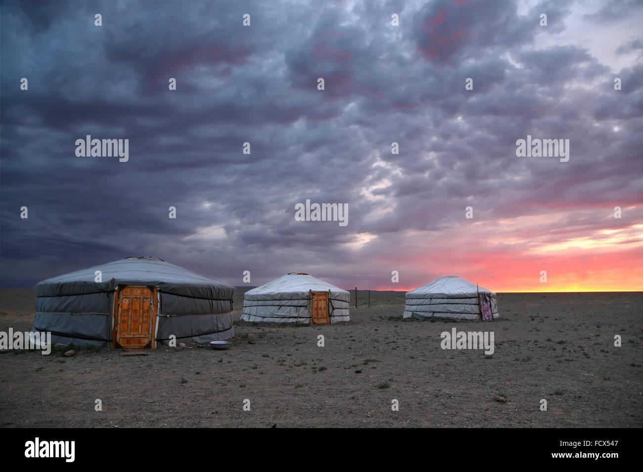 Amanecer y yurts tradicional en el desierto de Gobi, Mongolia Foto de stock